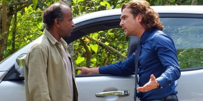Alberto (Igor Rickli) pressiona informante em Flor do Caribe (Foto: Reprodução/Globo)