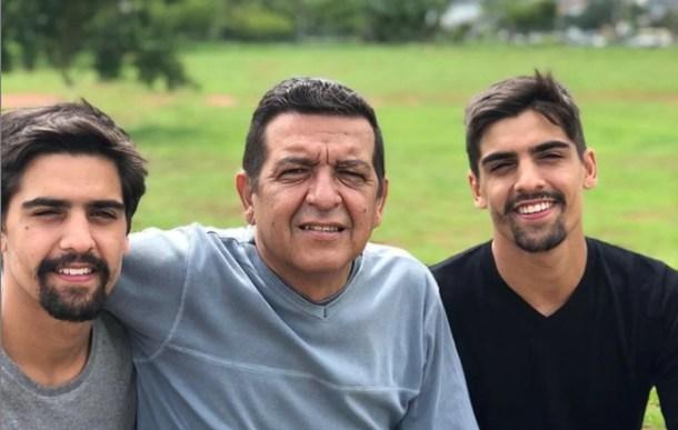João Vitor e João Paulo com o pai (Foto: Reprodução)