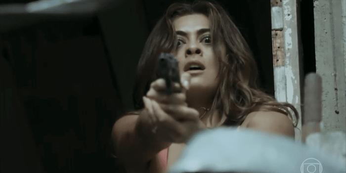 Bibi (Juliana Paes) atira contra a rival em A Força do Querer (Foto: Reprodução/TV Globo)