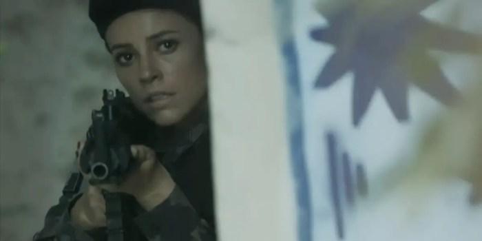Jeiza (Paolla Oliveira) troca tiros com Bibi (Juliana Paes) em A Força do Querer (Foto: Reprodução/TV Globo)