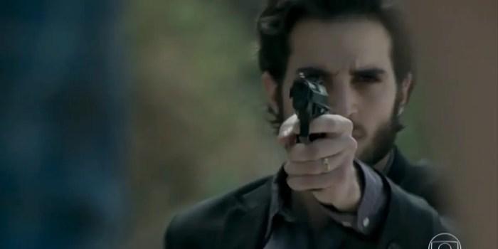 Ruy (Fiuk) atira em Zeca (Marco Pigossi) em A Força do Querer (Foto: Reprodução/TV Globo)