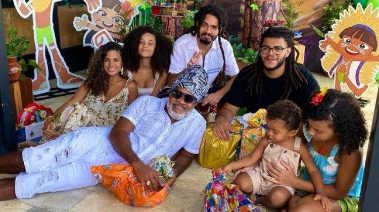 Carlinhos Brown e seis, dos seus sete filhos, em foto (Foto: Reprodução)