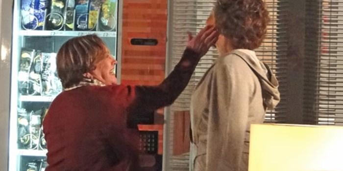 Iná (Nicette Bruno) dá tapa na cara de Eva (Ana Beatriz Nogueira) em A Vida da Gente (Foto: Reprodução/TV Globo)