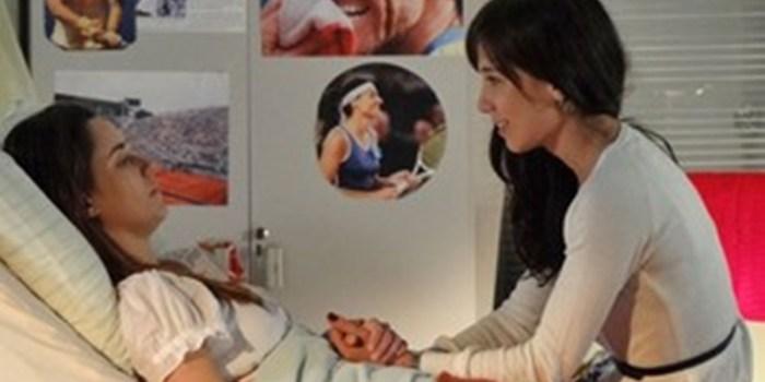 Ana (Fernanda Vasconcellos) se comunica com Manu (Marjorie Estiano) em A Vida da Gente (Foto: Reprodução/TV Globo)