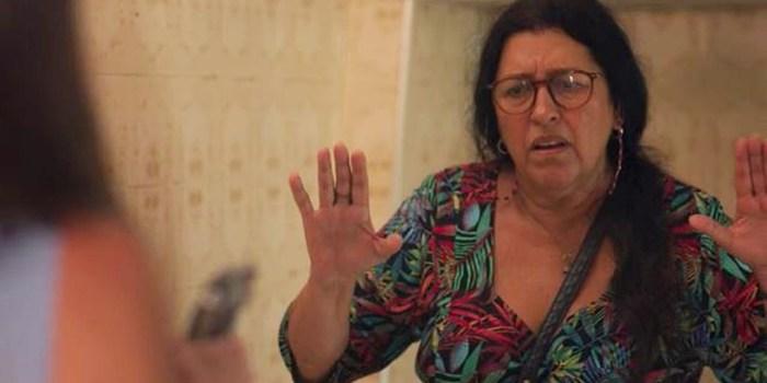 Lurdes (Regina Casé) leva tiro de Thelma (Adriana Esteves) em Amor de Mãe (Foto: Reprodução/TV Globo)