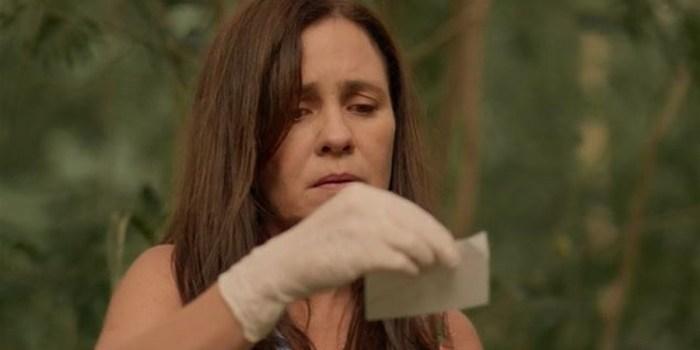 Thelma (Adriana Esteves) arma falsa morte de Lurdes em Amor de Mãe (Foto: Reprodução/TV Globo)