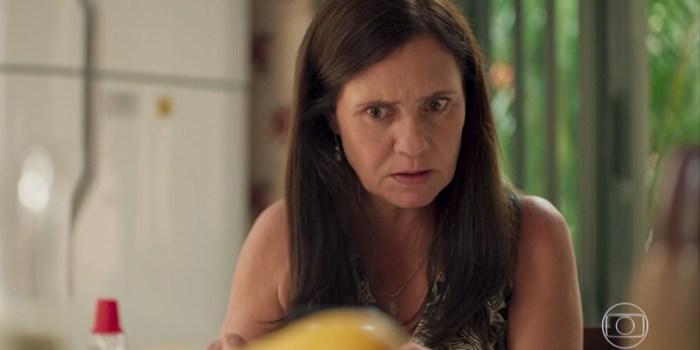 Thelma (Adriana Esteves) sequestra Lurdes em Amor de Mãe (Foto: Reprodução/TV Globo)