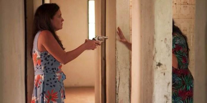 Thelma (Adriana Esteves) encurrala Lurdes (Regina Casé) em Amor de Mãe (Foto: Reprodução/TV Globo)