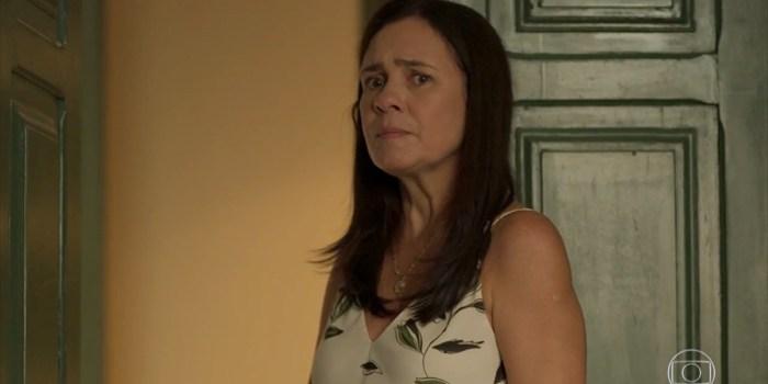 Thelma (Adriana Esteves) tem farsa descoberta em Amor de Mãe (Foto: Reprodução/TV Globo)