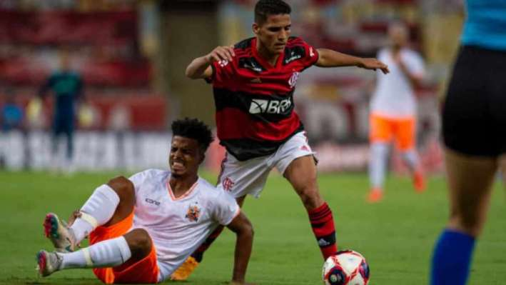 Flamengo jogou na estreia do Campeonato Carioca na Record; Globo tentou ignorar emissora (Foto: Reprodução)