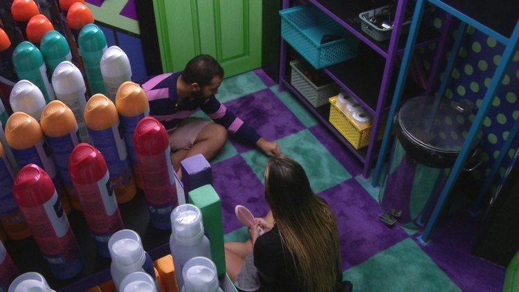 BBB21: Sarah e Gil conversam na despensa sobre Juliette (Foto: Reprodução)