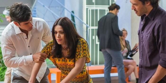 Shirlei (Sabrina Petraglia) quase desmaia após descoberta em Haja Coração (Foto: Artur Meninea/TV Globo)