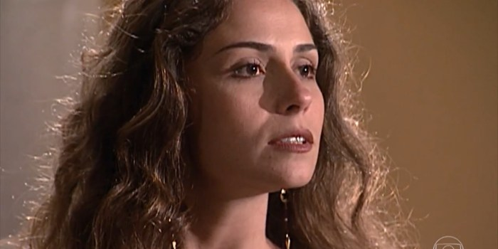Capitu (Giovanna Antonelli) abandona a prostituição e pede ajuda a Miguel (Tony Ramos) em Laços de Família (Foto: Reprodução/TV Globo)