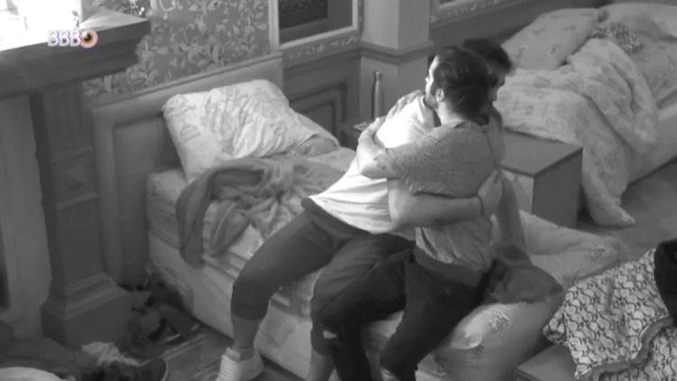 BBB21: Arthur e Fiuk tem conversa na cama (Foto: Reprodução)
