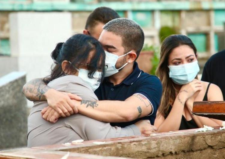 Yudi Tamashiro, após perder pai para Covid-19, consola sua mãe (Foto: Reprodução)