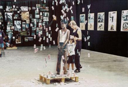 Αιχμάλωτος, εγκατάσταση, 1999