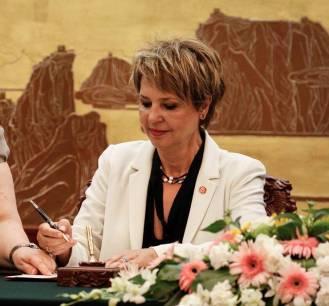 Υπογραφή μνημονίου αμοιβαίας κατανόησης (MoU) μεταξύ της Κινεζικής Κεντρικής Τηλεόρασης (CCTV) και της ΕΡΤ