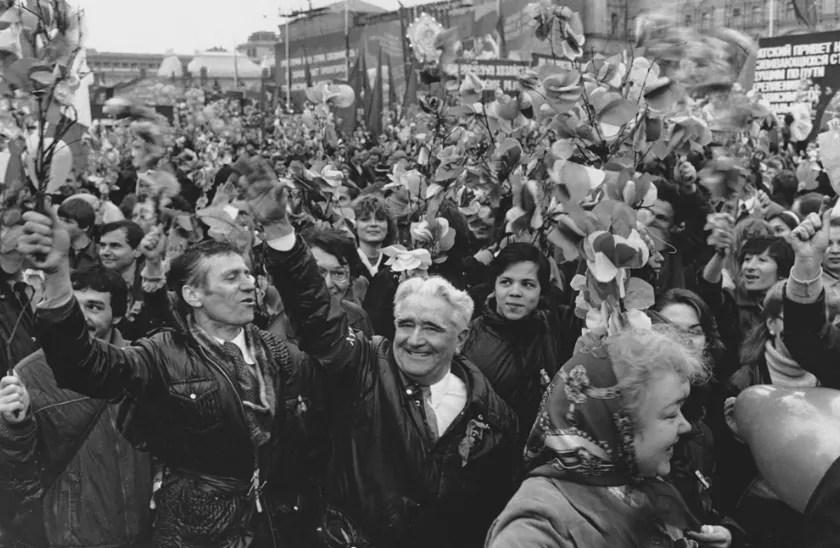Dimitrij Bal'termanc: Festtagsumzug (1970), Quelle: http://baltermants.ru/#/oeuvre/politics/throngs/