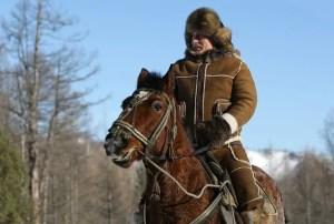 """Putin auf dem Pferd im Rayon """"Karataš"""", Quelle: http://bibo.kz/zabavnie-foto/499325-super-putin.-chast-1..html"""