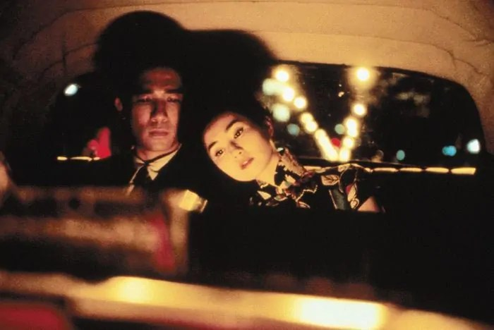 """Maggie Cheung und Tony Leung Chiu Wai nachts, im Taxi: """"In the Mood for Love"""" (2000)"""
