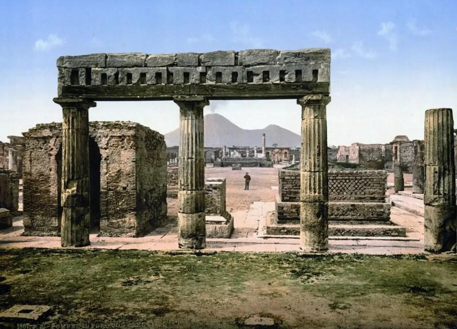 Das Forum in Pompeji, 1867, kolorierte Postkarte um 1900; Quelle: wikimedia.org