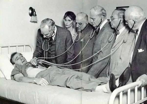 """Ärzte untersuchen """"Zeligs"""" Assimilation als Krankheit, Quelle: http://www.filmblerg.com"""