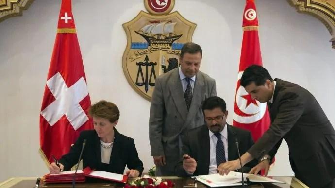 """Bundesrätin Simonetta Sommaruga und der tunesische Aussenminister Rafik Abdessalem unterzeichnen ein """"Migrations-Partnerschafts-Abkommen"""", Mai 2016; Quelle: NZZ"""
