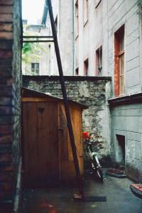 Toilettenhaus auf dem Hof der Sorauer Straße. Foto: Ulrich Horb