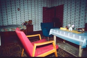 Achtziger Jahre Kreuzberg: Wohnzimmer einer Sozialhilfeempfängerin. Foto: Ulrich Horb