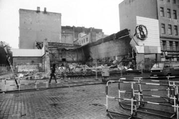 1987: Abgebrannter Bolle-Supermarkt am Görlitzer Bahnhof. Foto: Ulrich Horb