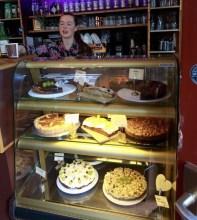 Kuchen und Kellnerin im Café Albert in Leipzig Plagwitz