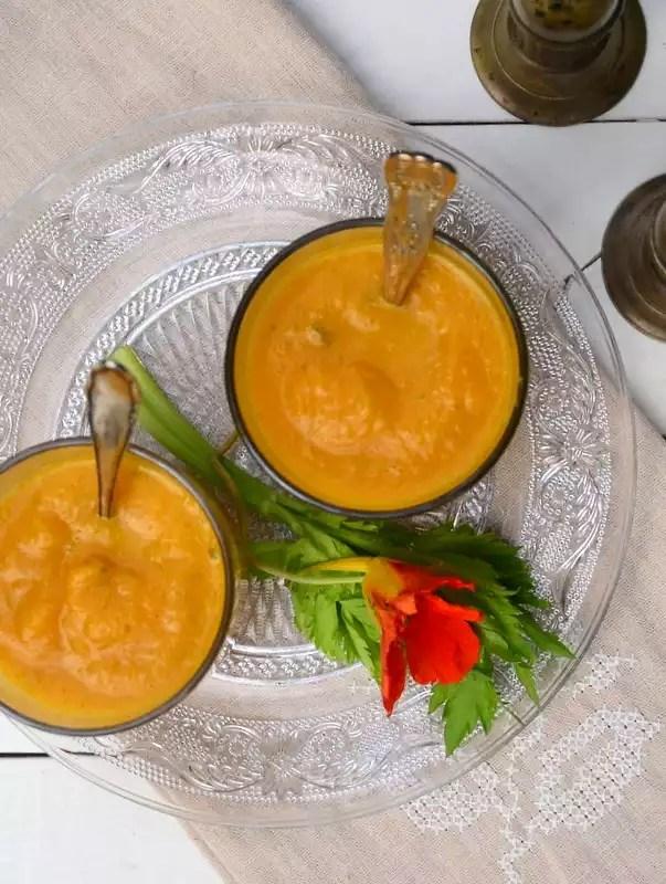 Kürbissuppe im Glas serviert