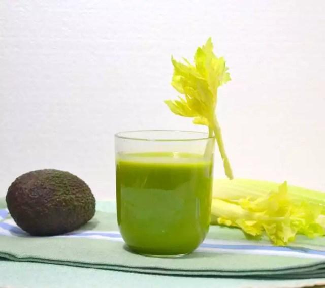 Grüner Smoothie mit Avocado und Bleichsellerie