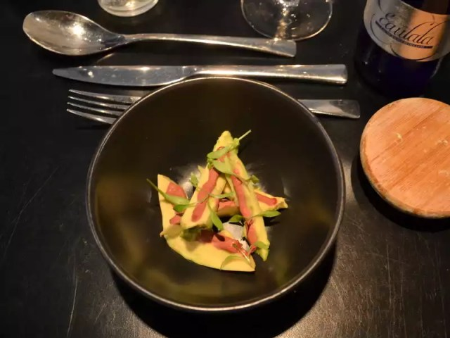 Avocado mit roter Bete