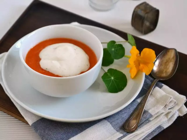 Tomaten-Paprikasuppe mit Mozzarellaschaum