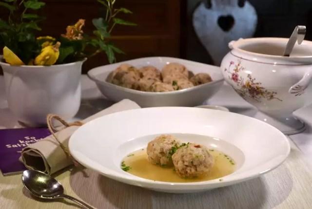So kocht Salzburg Gamssuppe mit Pilzknöderl