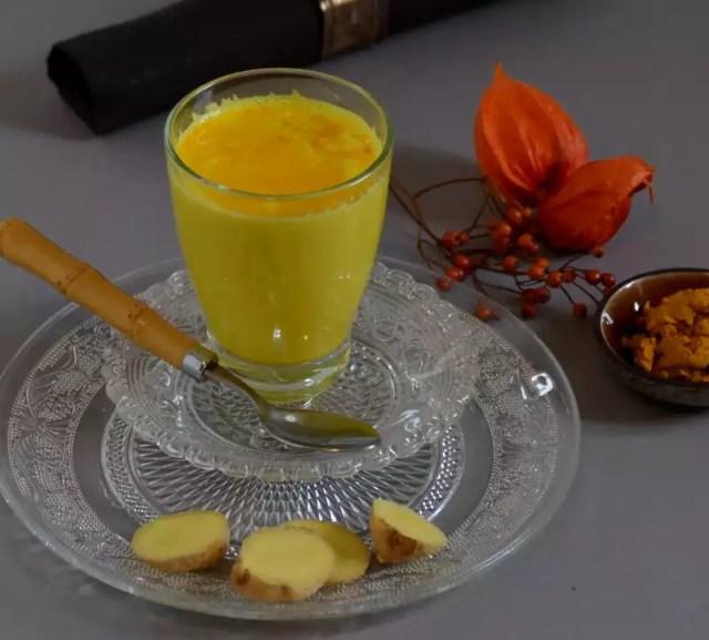 Glas mit goldener Milch mit Kurkuma