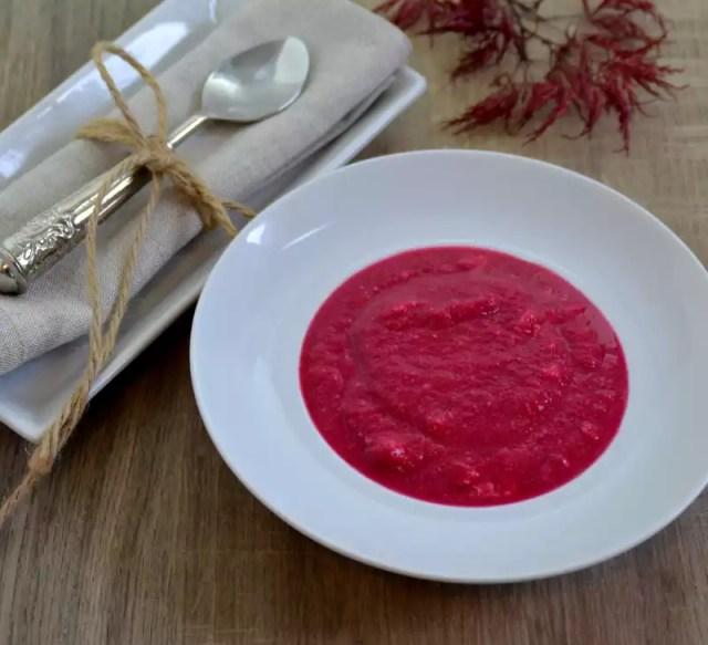 Rote Rüben suppe in einem weißen Teller