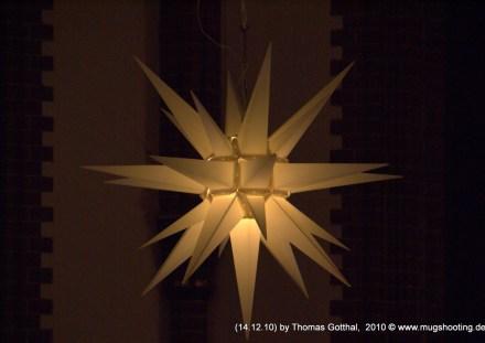 Weihnachtsstern in Kirche