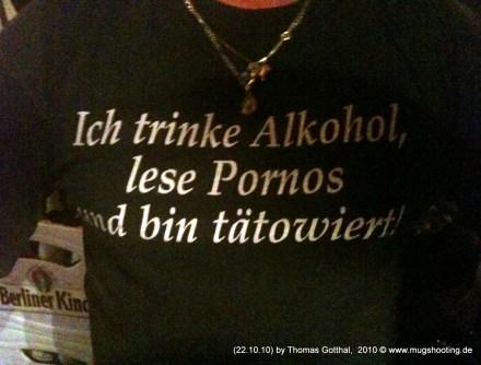 Ich trinke Alkohol, lese Pornos und bin tätowiert. (T-Shirt)