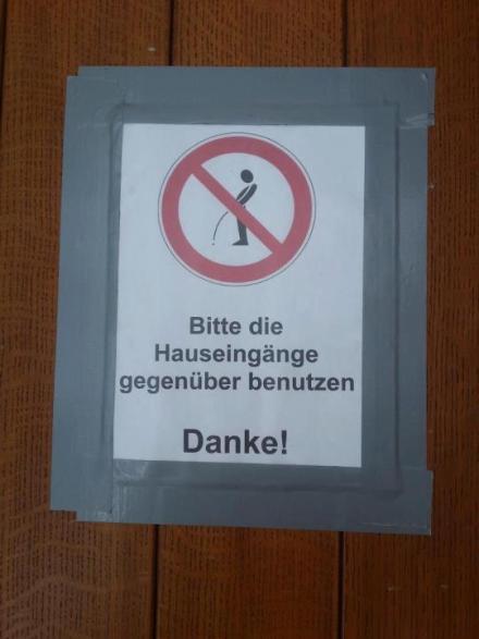 Bitte die Hauseingänge gegenüber benützen!