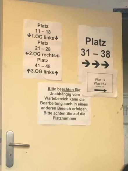 Foto: Mahmut Arslan - Sein Kommentar: Wer soll denn hier durchblicken? - Das Foto zeigt eine ortstypische Türbeschriftung der KFZ Zulassungsstelle Jüterboger Str.. (Foto via Facebook)
