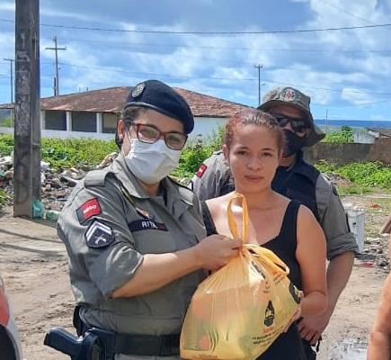 Policiais da CIA de Sapé entregam cestas básicas em comunidades carentes de Sapé e Mari