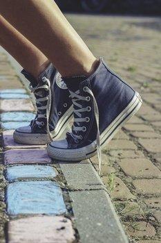 legs-snickers-converse-medium