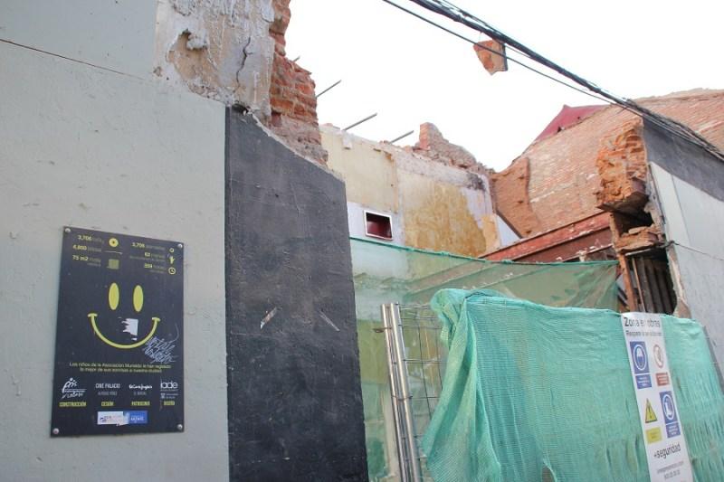Junto a este cartel indicativo pendía de la fachada el Smiley de Murialdo. Foto_Ruth Holgado.
