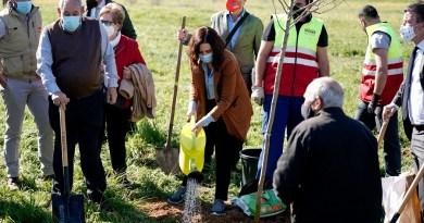 Ayuso participa en la reforestación del Parque de la Alhóndiga