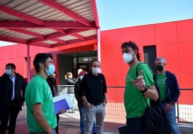 Pablo Iglesias visita el colegio Miguel de Cervantes y defiende que los recursos «de todos se queden en la pública»