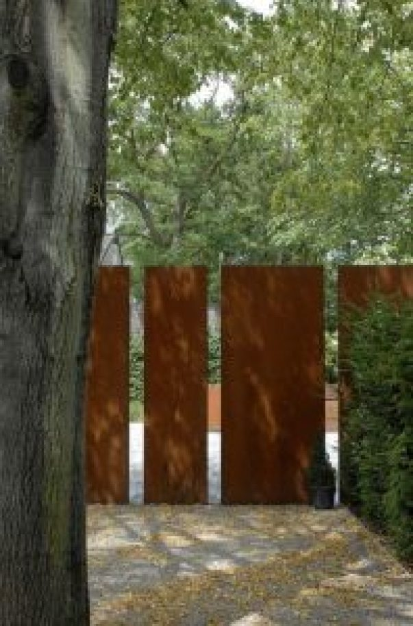 Gorgeous vinyl privacy fence #privacyfenceideas #gardenfence #woodenfenceideas