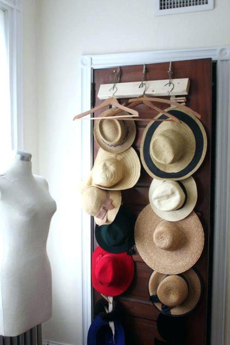 Awesome wall mounted hat rack #diyhatrack #hatrackideas #caprack #hanginghatrack