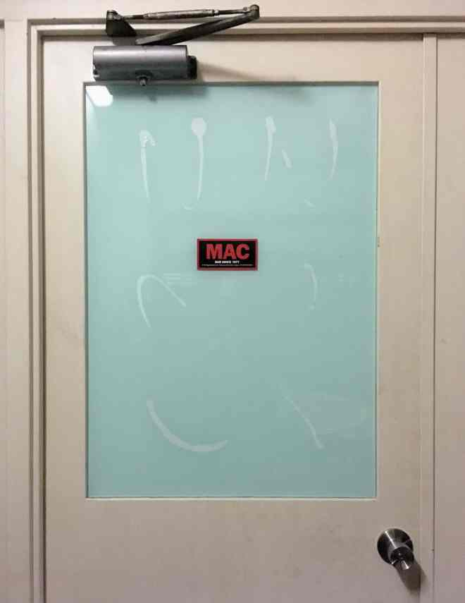 MAC Bar door